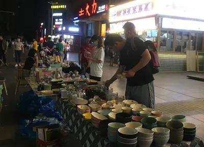 """郑州健康路上,""""奔驰哥""""的瓷器热摊"""